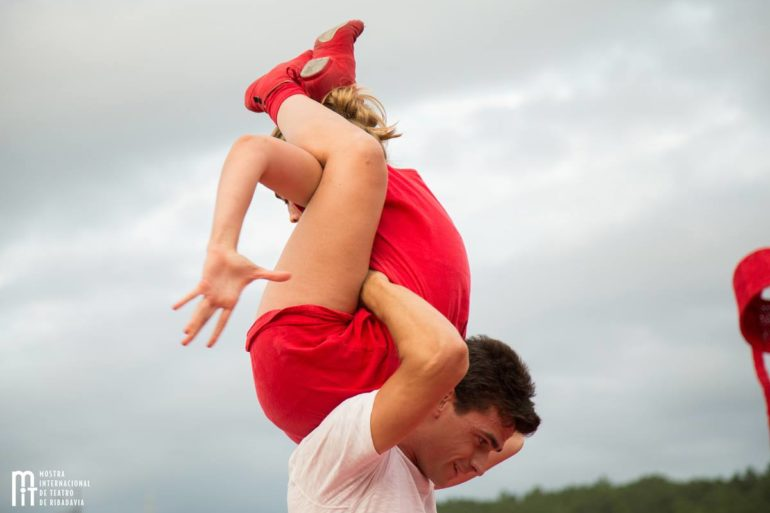 Rojo Estandar Circo acrobacias teatro danza