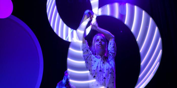 Neón es un espectáculo de sala creado específicamente para público infantil