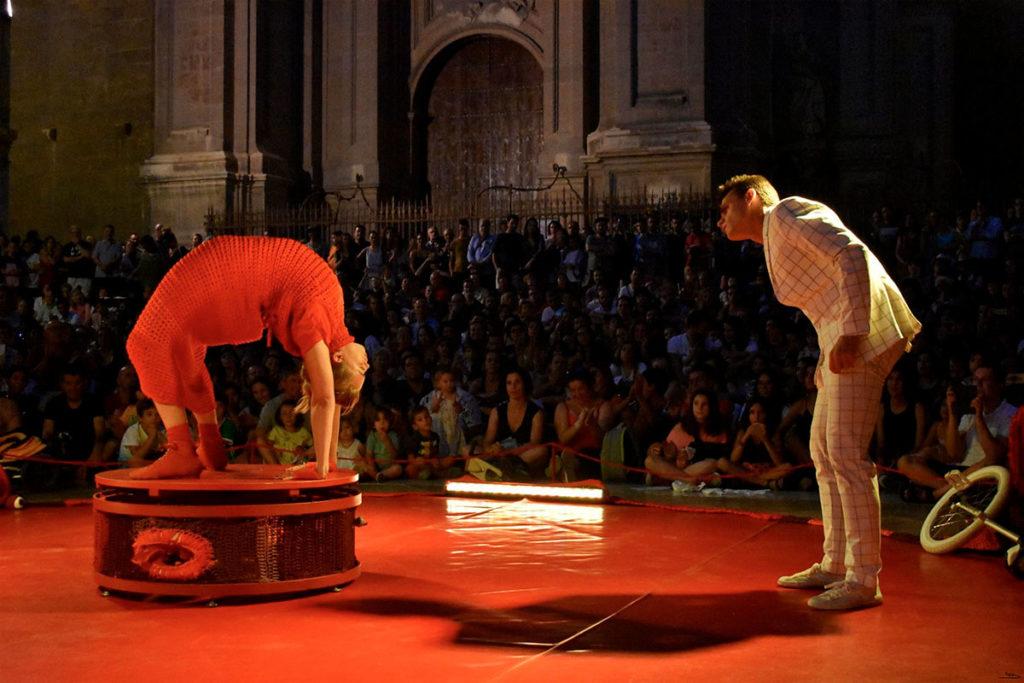Rojo Estandar Circo acrobacias teatro danza Dolmen de Soto Verano 2020