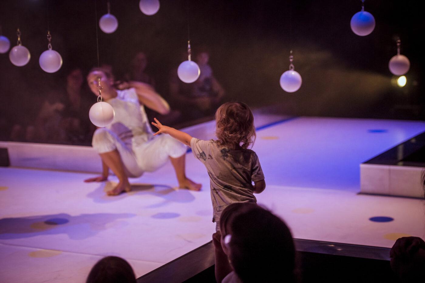 La petita malumaluma, la luna en un cazo, espectáculo en el teatro de Aracena, diversión, música en directo, danza dirigida al público infantil