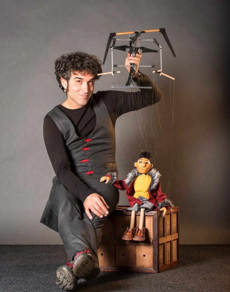 NIL, un titiritero y una marioneta tratando de resolver un acertijo, un rompecabezas. Una relación particular donde la línea entre quién es quién se diluye