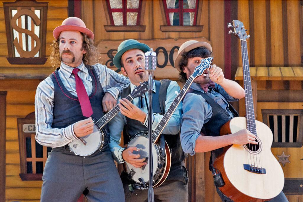 YEE-HAW! La banda del otro nos ofrece un (des)concierto tan especial como ellos mismos, un universo musical inspirado por el Country, el Ragtime y el Bluegrass en Huelva