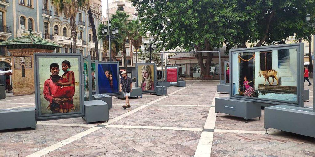 Exposicion fotografia plaza de las monjas Cristina Garcia Rodero Tierra de Suenos India Huelva